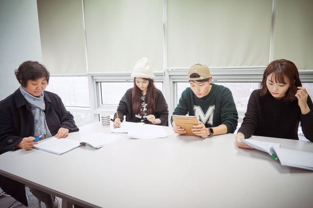 """[Photos] Added reading session images for the upcoming Korean movie """"Little Forest"""""""