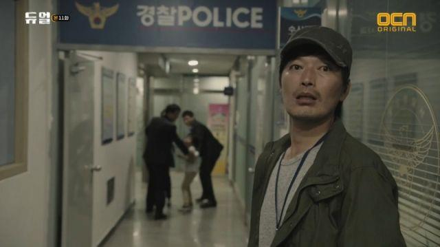 Deuk-cheon letting Seong-hoon and Yoo-ra be taken away