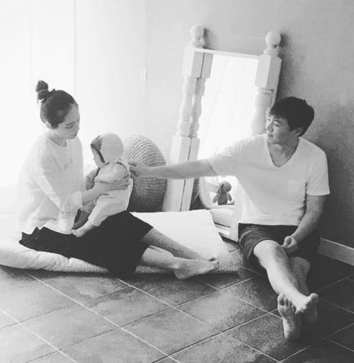 Han Ga-in and Yeon Jeong-hoon's daily life with their daughter