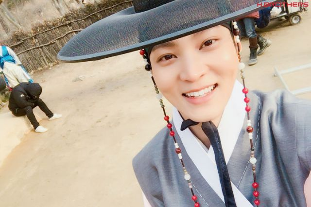 """[Spoiler] """"My Sassy Girl – Drama"""" Joo Won's behind cuts and selfies for the fans"""