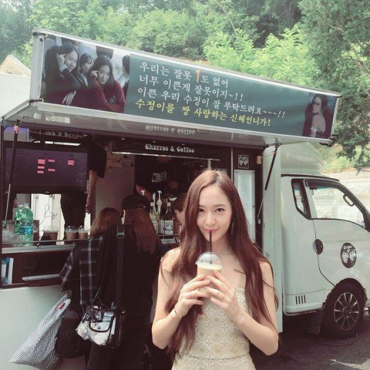 """Bride of the Water God 2017"" Krystal takes snap with coffee truck sent by Park Shin-hye"