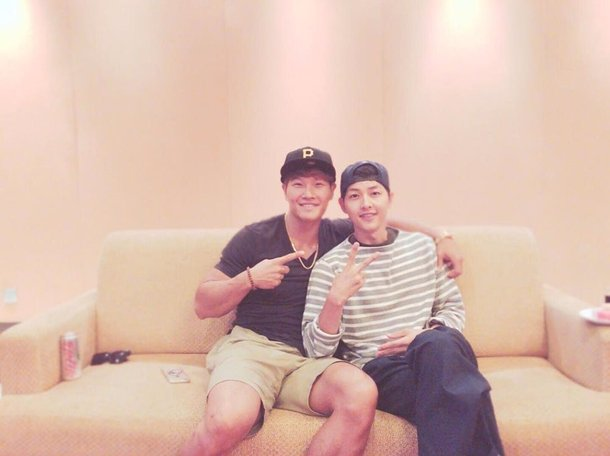 Kim Jong-gook takes friendly picture with Song Joong-ki