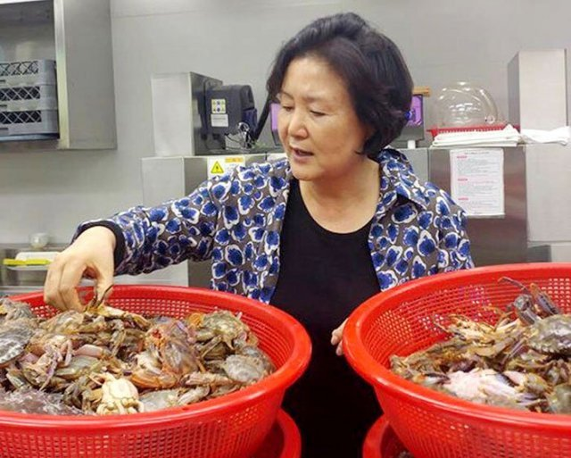 1st Lady Gives Homemade Food to Elderly Korean Americans
