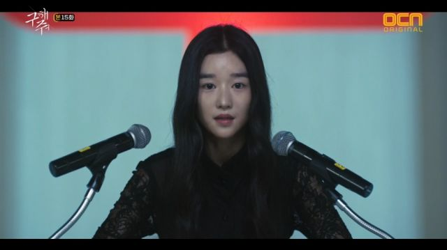 Sang-mi addressing the cultists