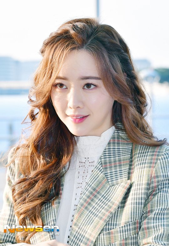 Hong Soo-ah going to work
