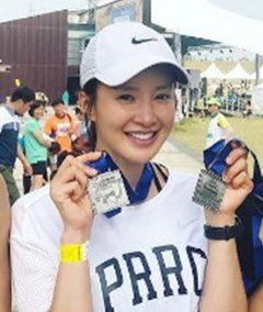 Pregnant Actress Lee Si-young Finishes Half-Marathon
