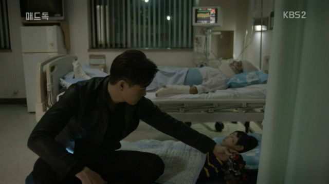 Kang-woo with the victims of the collapse