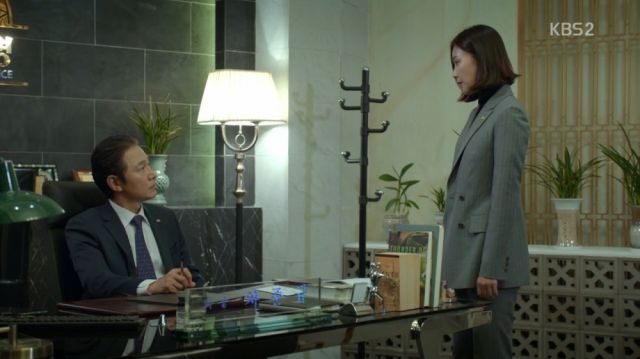 Hong-joo confronting her father with her intel