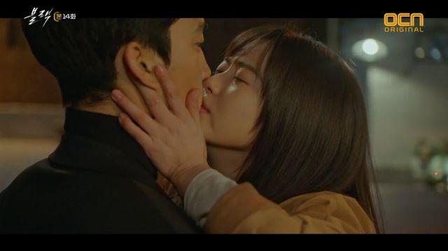 Ha-ram kissing who she thinks is Moo-gang