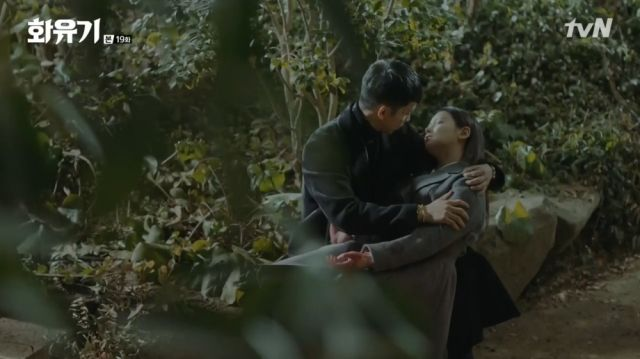 Oh-gong holding on to a dying Seon-mi